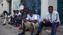 """Séptima noche en la calle para veinte migrantes bloqueados en Canarias: """"Queremos llegar a la Península"""""""
