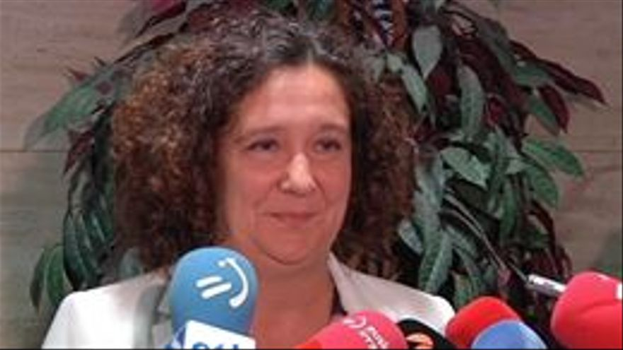 La directora de Víctimas y Derechos Humanos, Monika Hernando, atiende a los periodistas.