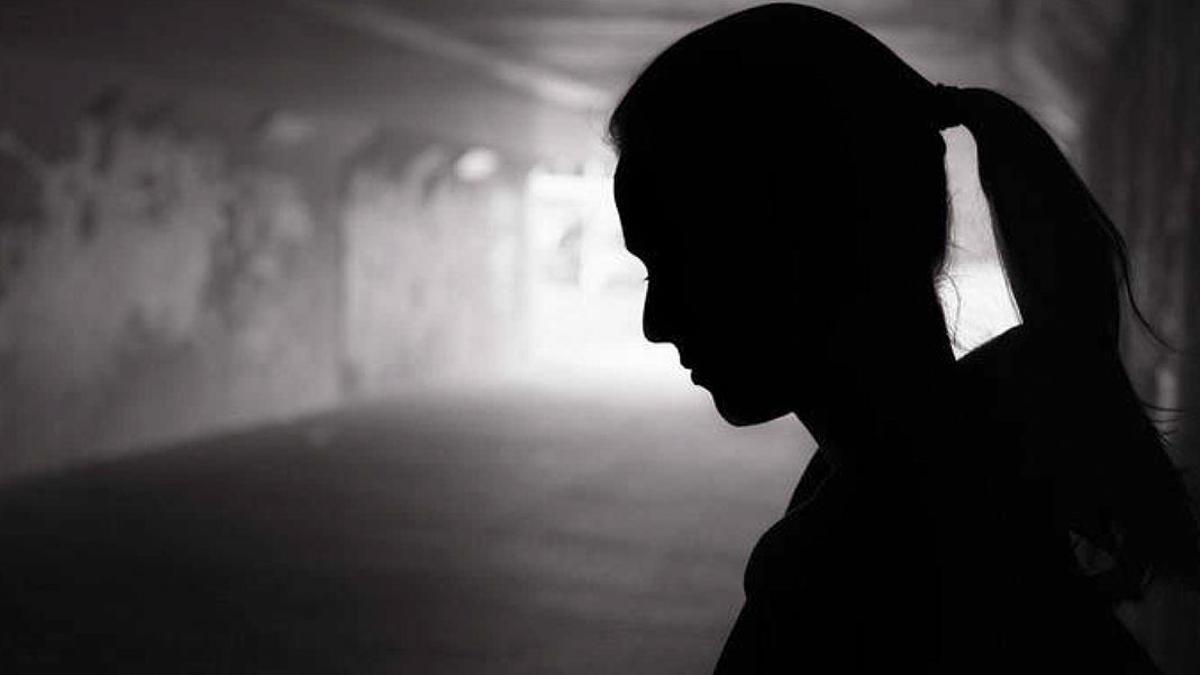 Silueta de una mujer amenazada por violencia de género.