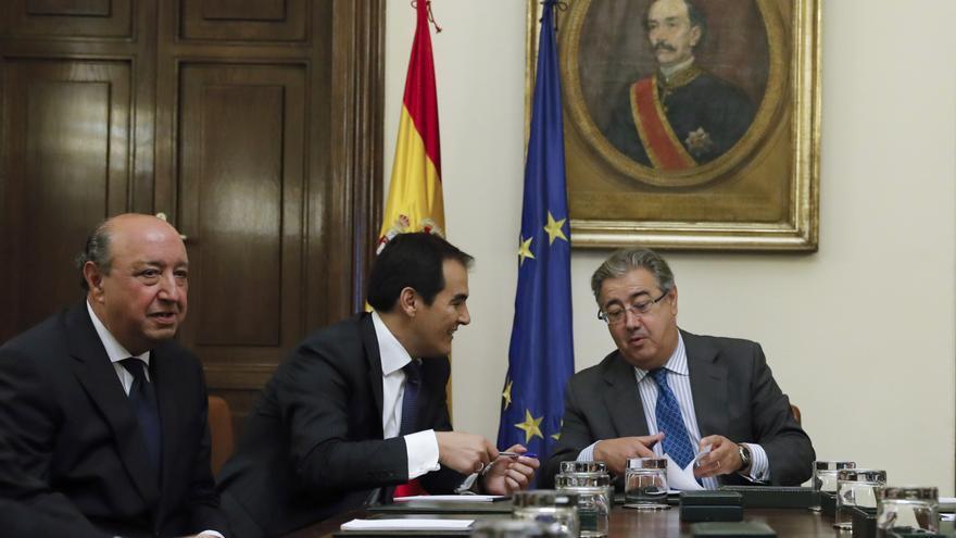 El ministro del Interior, Juan Ignacio Zoido, conversa con el secretario de Estado de Seguridad, José Antonio Nieto