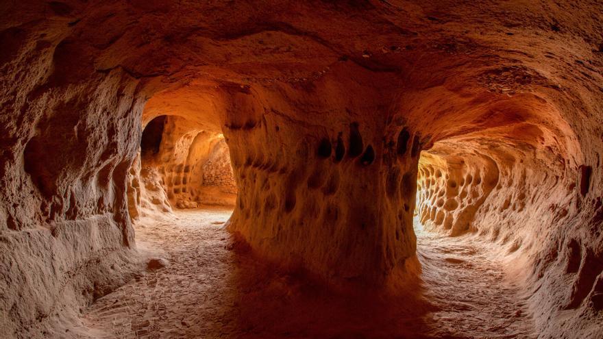 Cueva de los 100 Pilares: un viaje sensorial a las entrañas de la Edad Media