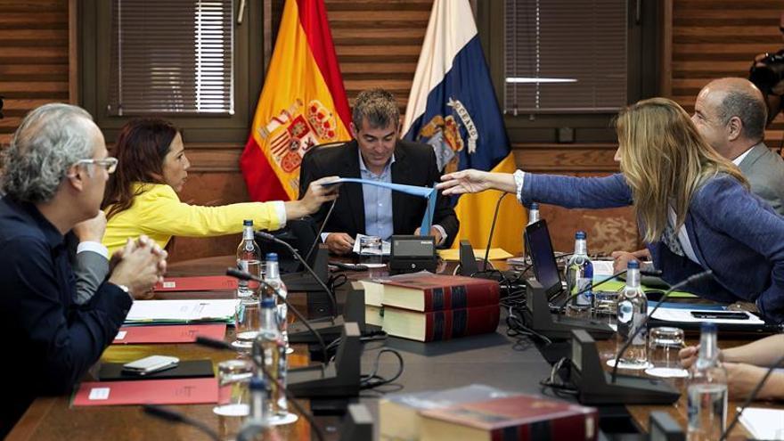 El presidente del Ejecutivo regional, Fernando Clavijo (c), preside la reunión del Consejo de Gobierno celebrada hoy en Las Palmas. EFE/Quique Curbelo