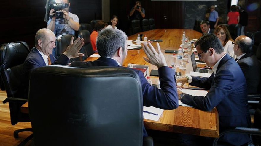 El presidente del Gobierno de Canarias, Fernando Clavijo (de espaldas) durante el Consejo de Gobierno celebrado este lunes.