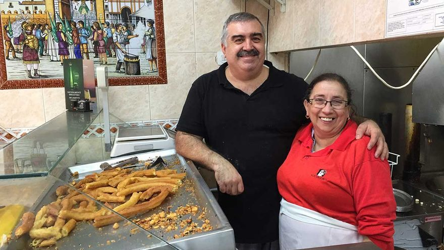 Joaquín Gómez y Elena Siles regentan la churrería La Esperanza.