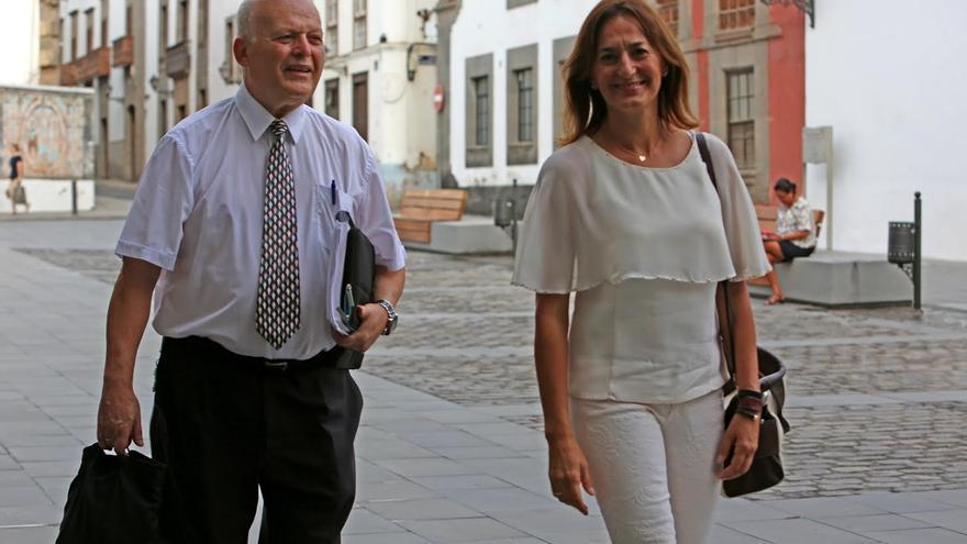 Eligio Hernández y Águeda Montelongo, antes de entrar en el Palacio de Justicia de Las Palmas de Gran Canaria para el juicio del caso Patronato. (ALEJANDRO RAMOS)