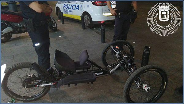 Agentes de Centro Sur recuperan la bicicleta adaptada | Fotografía: Policía Municipal de Madrid