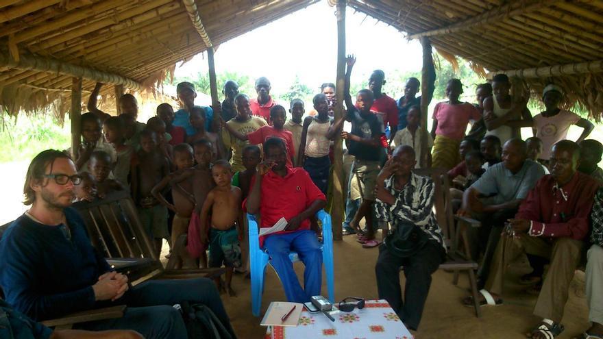 Miembros del pueblo de Bayolo en un encuentro con Devlin Kuyek, de GRAIN. / Fuente: Grain.