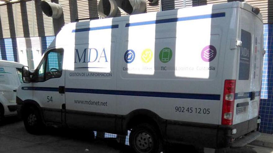 Una furgoneta de la empresa MDA Gestión de Información en las instalaciones del Hospital de la Ribera