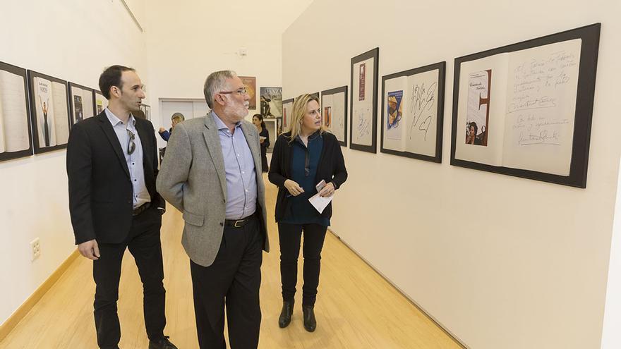 Ramón Ruiz durante la visita a la exposición de los 25 años del Palacio de Festivales.