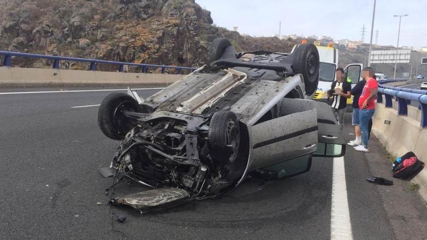 Vehículo volcado este domingo en la GC-3