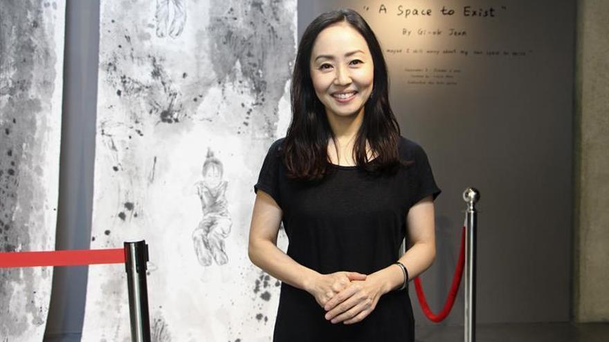 Artista surcoreana explora su identidad como madre inmigrante en Bangkok