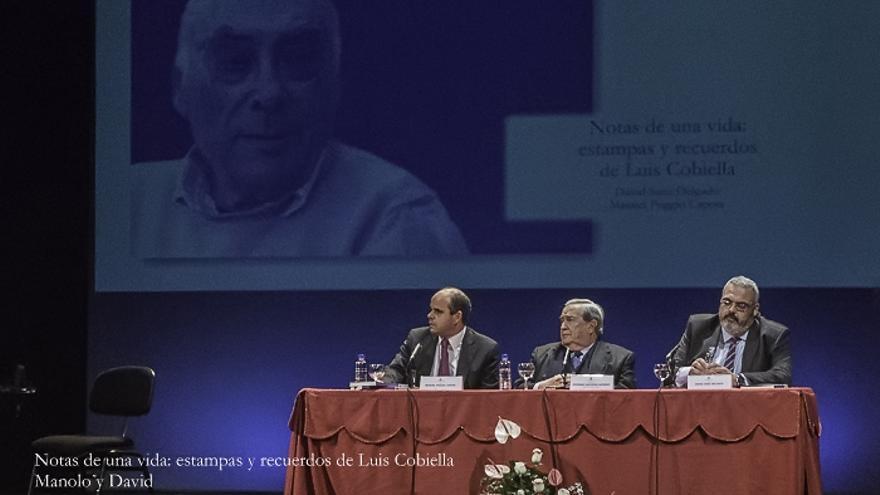 En la imagen, un momento del acto de presentanción del libro 'Notas de una vida: estampas y recuerdos de Luis Cobiella'. Foto. JOSÉ F. AROZENA.