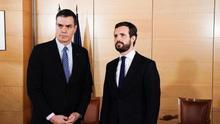 Pedro Sánchez y Pablo Casado, antes de iniciar la reunión de este lunes.
