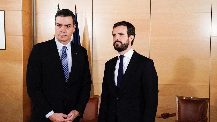 Sánchez y Casado, antes de iniciar la reunión de este lunes.
