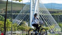 Una ciclista en Logroño.