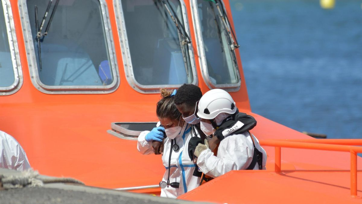 Una de las personas rescatadas por Salvamento siendo atendida en su llegada a Canarias