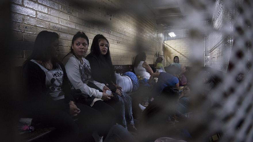 Las celdas de Torre de Tribunales de Ciudad de Guatemala miden entre 10 a 15 metros cuadrados con un solo cuarto de baño al fondo. A veces, en estas celdas, hay más 30 de acusadas esperando a sus audiencias.
