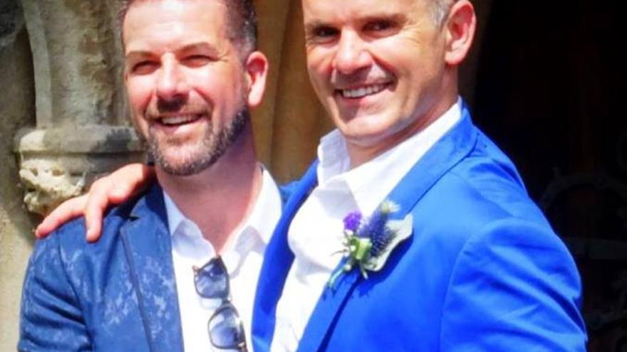 Andrew Foreshew-Cain junto a su esposo.