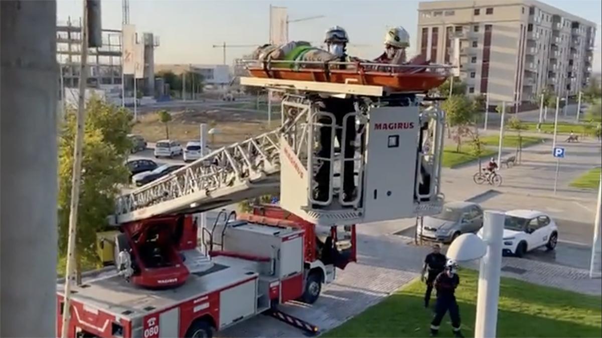 Rescate de un trabajador por parte de los bomberos