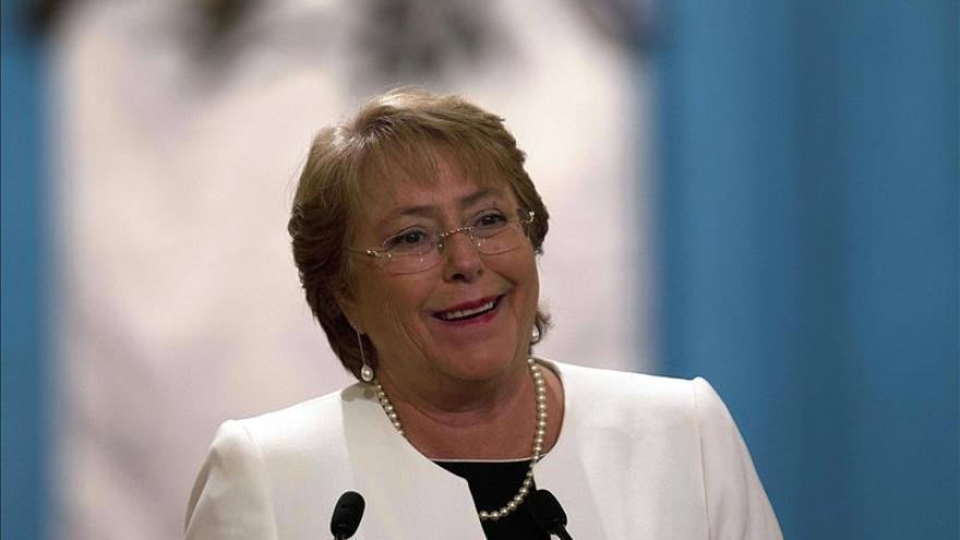 La aprobación a Bachelet sube seis puntos, al 33 por ciento, en una semana