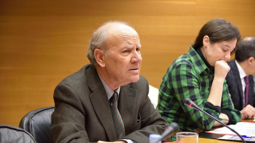 El presidente de la AVL, Ramón Ferrer, durante su comparecencia en las Corts