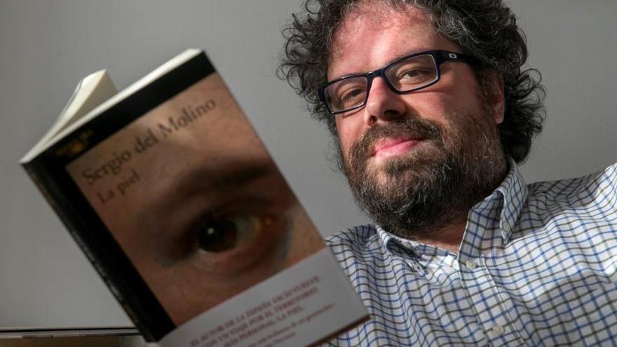 Sergio del Molino posa en su casa de Zaragoza con su nueva obra, 'La piel' (Alfaguara).