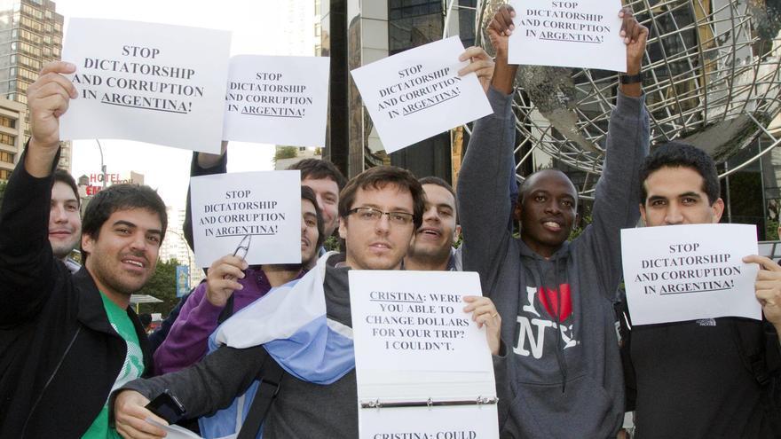 Un centenar de argentinos protestan contra Cristina Fernández en Nueva York
