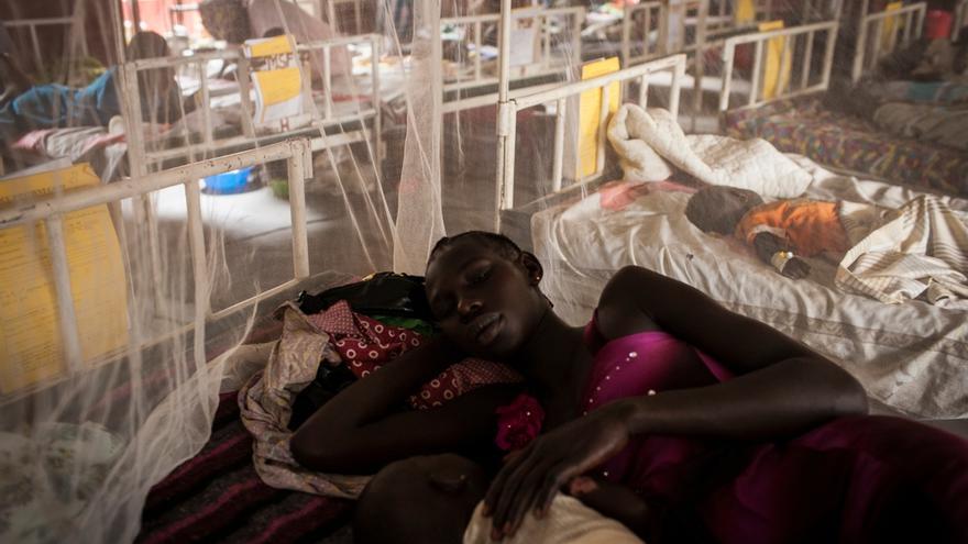 Nyakhor descansa con su hija Nyanget, que se quemó accidentalmente con el fuego de la cocina, mientras es tratada en el hostital de Médicos sin Fronteras (MSF) en Nasir, Sudán del Sur, en abril de 2014. / Foto: Adriane Ohanesian/ MSF.
