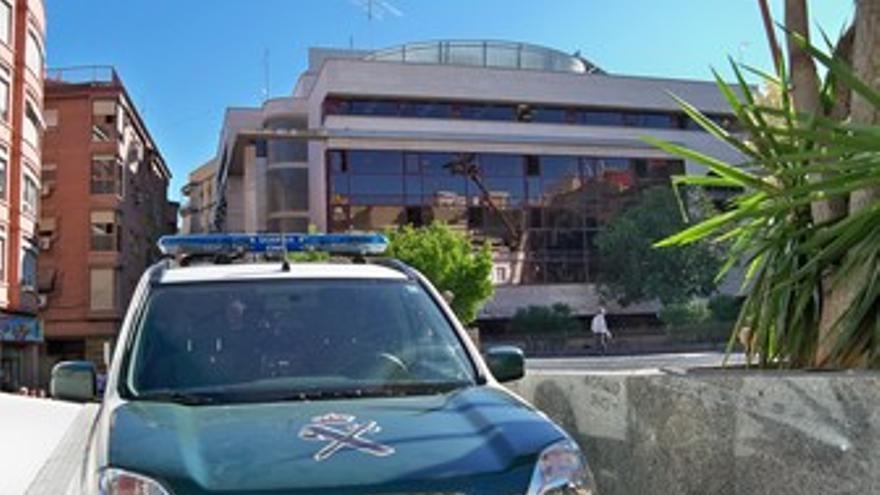 Un coche de la Guardia Civil, a las puertas de la Gerencia de Urbanismo del Ayun