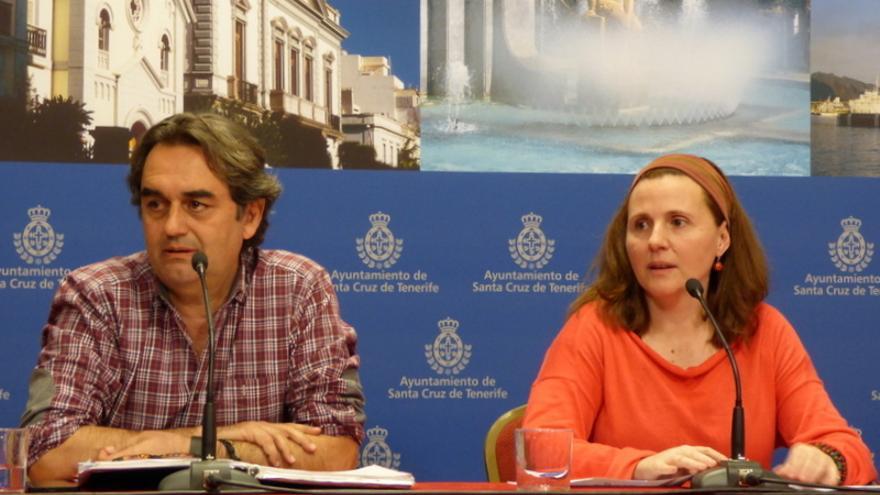 El portavoz de Sí se Puede, Pedro Fernández Arcila, y la concejal Asunción Frías durante la rueda de prensa