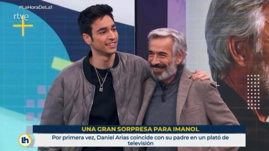 Imanol Arias con su hijo Daniel en 'La hora de La 1'
