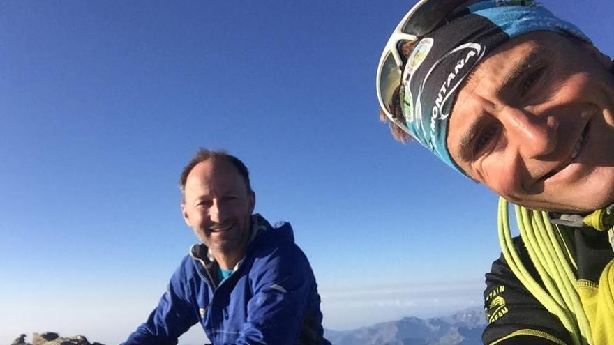 Ueli Steck en la cima del Gran Paradiso junto a Res Aeschlimann.