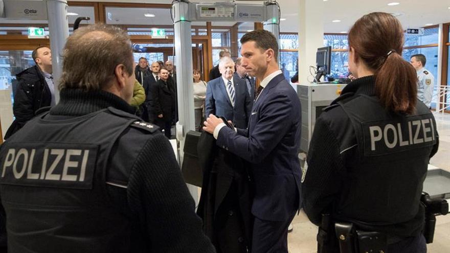 El presidente del partido de extrema derecha Partido Nacionaldemócrata, Frank Franz, pasa por el arco de seguridad a su llegada al Tribunal Constitucional Federal.