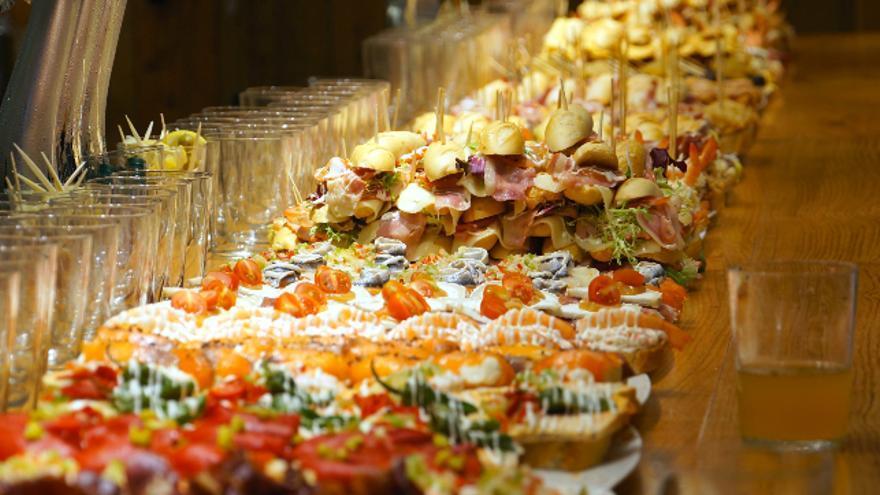 Las barras de los mejores bares de pintxos de San Sebastián son un espectáculo de formas y colores. / Foto: Marcus Hansson