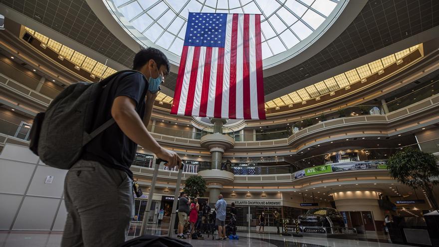 Un pasajero se dispone a viajar para la celebración del 4 de julio, este 2 de julio de 2020, en el Aeropuerto Hartsfield-Jackson de Atlanta.