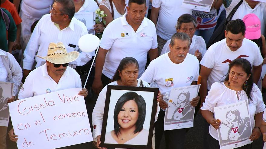 Familiares y amigos de Gisela Mota encabezan una manifestación para pedir justicia por su asesinato.