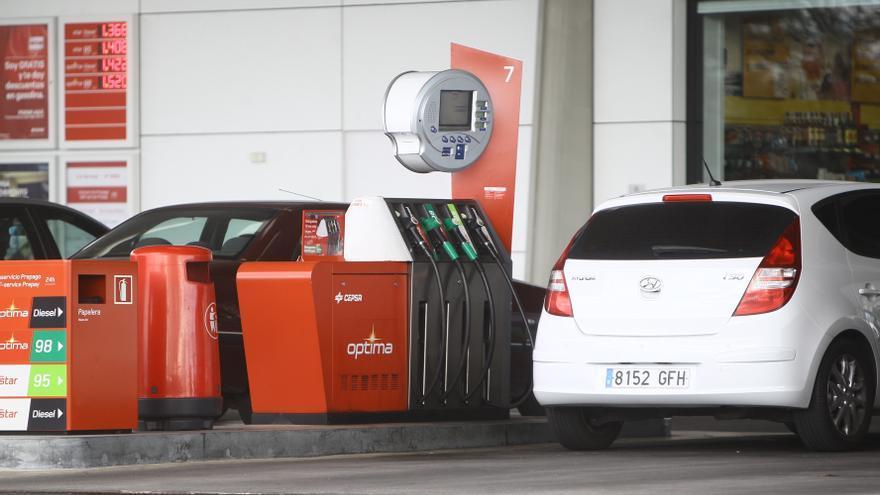 (Amp.) La gasolina y el gasóleo marcan nuevos máximos históricos en plena operación retorno y subida del IVA