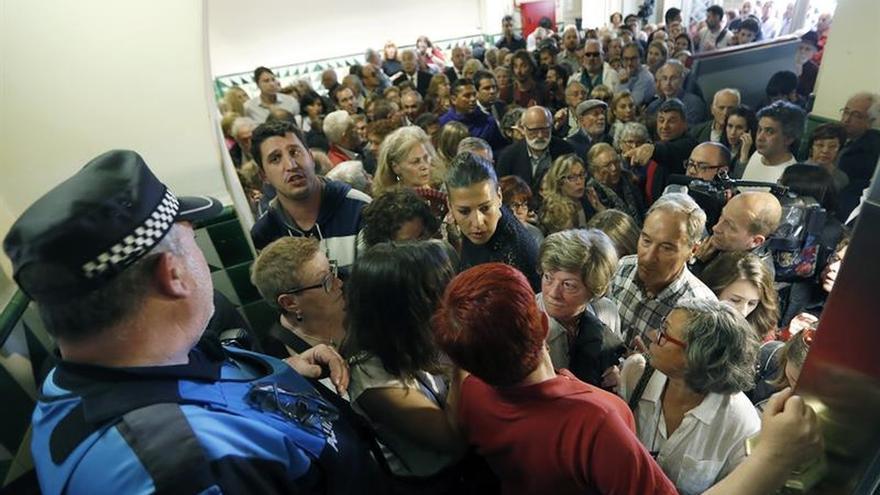 Colas en Esplugues para despedir a Chacón, su política más ilustre
