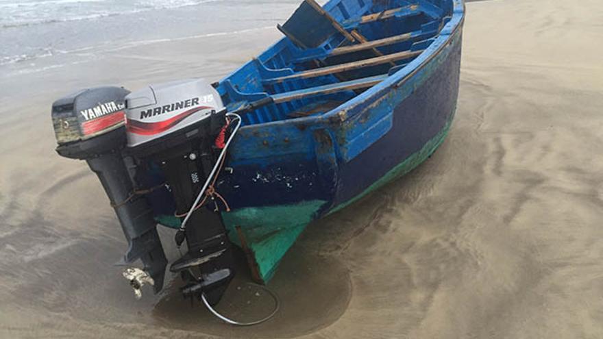 Una patera alcanza la playa de Famara pero no se han localizado todavía a sus ocupantes. (Diario de Lanzarote).