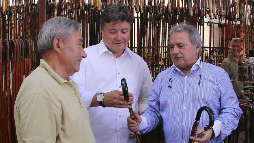 Alfonso Rus ha acompañado a Luis Santamaría en su visita a la Fira de Xàtiva