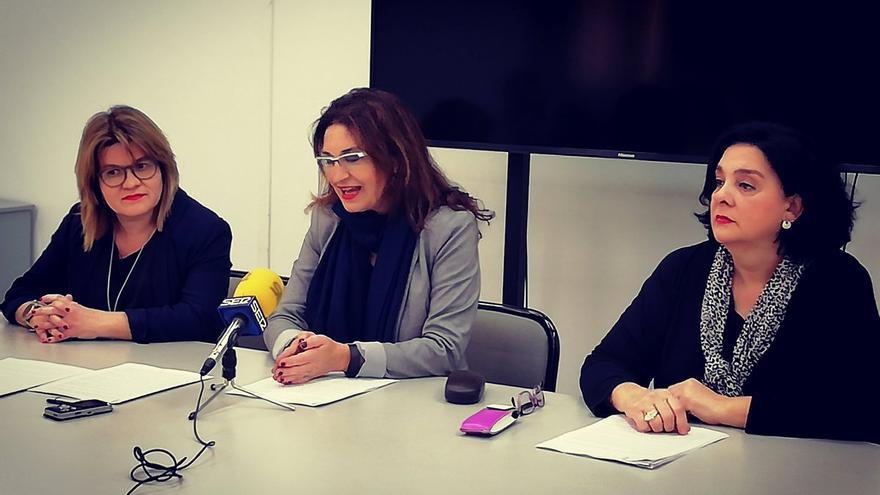 Empar Penadés, Cristina Suñer y Pilar Gimeno, durante el anuncio de su abandono de Compromís