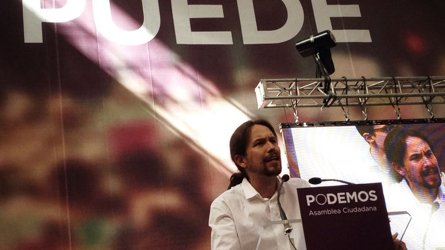 Pablo Iglesias en el escenario de Vistalegre durante la celebración de la asamblea fundacional de Podemos. / Juan Luis Sánchez