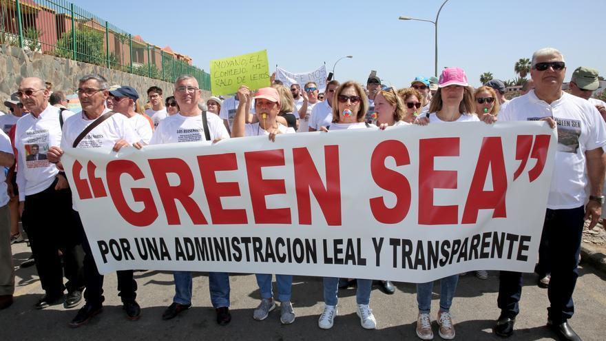 Los propietarios de uno de los complejos turísticos gestionados por el exjefe de Vox en Las Palmas durante la manifestación para exigir su cese como administrador.