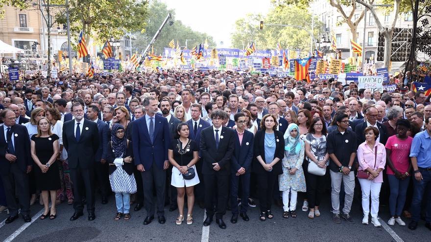 La manifestación discurre entre consignas unitarias de paz y críticas a autoridades