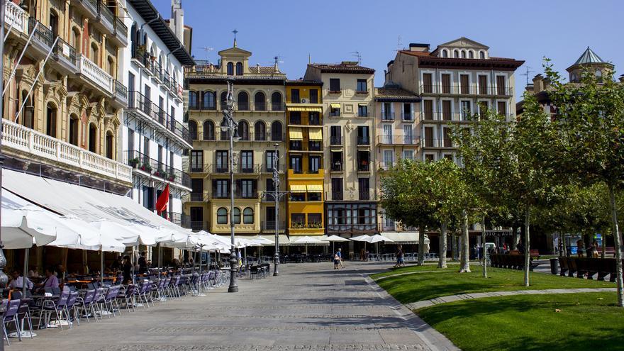 La porticada y monumental Plaza del Castillo oficia de centro y corazón de Pamplona. Viajar Ahora