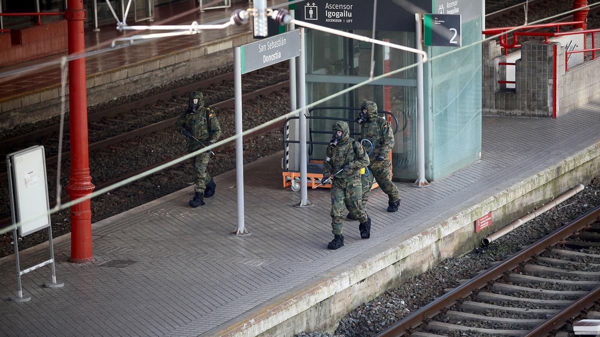 Efectivos militares del cuartel de Loiola desinfectan la estación del Norte de San Sebastián