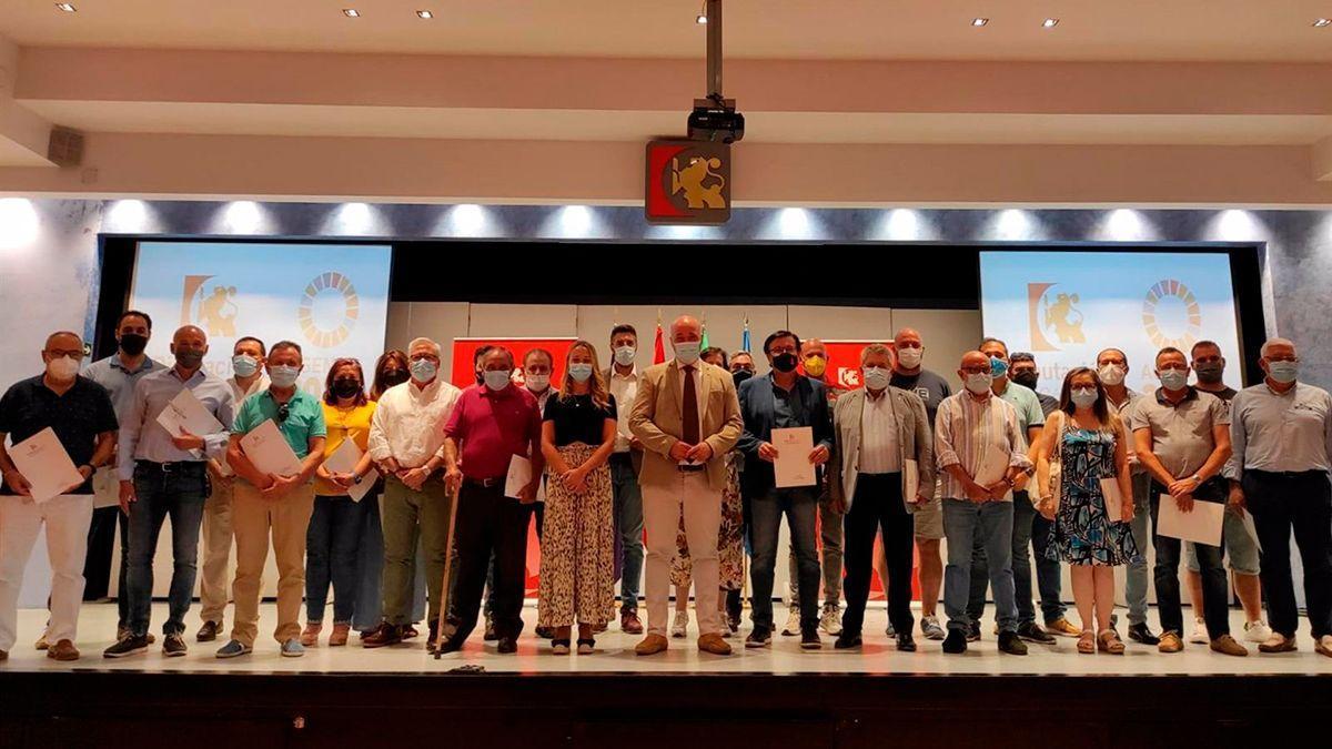 Foto de familia tras la firma de los convenios en la Diputación.