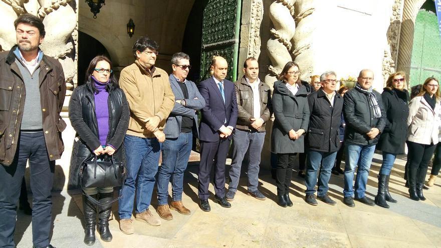 El equipo de Gobierno este lunes en un concentración contra los últimos asesinatos por violencia de género