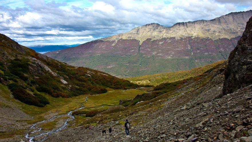 Uno de los senderos que sube hacia la Cordillera de Los Andes desde Ushuaia. VIAJAR AHORA