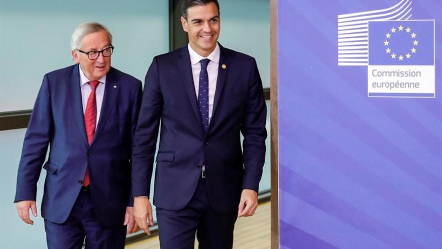 El presidente del Gobierno español, Pedro Sánchez, y el presidente de la Comisión Europea, Jean-Claude Juncker.